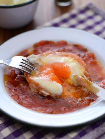 トマトをくり抜いた「トマトセルクル」に、卵を落とした簡単レシピ。くり抜いたトマトも、ソースとして使いましょう。おしゃれでありながら、パパッとできるので朝食にもおすすめ◎