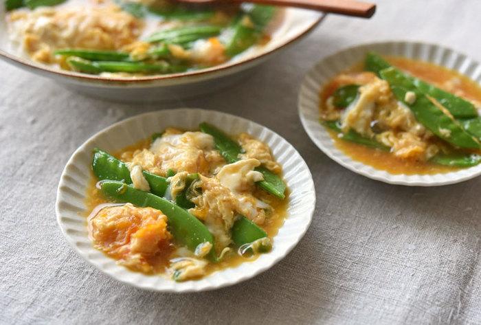 包丁いらずの簡単レシピ。煮汁にたっぷりの絹さやを入れて、卵をまわし入れます。卵が半熟くらいになったら、火を止めて蓋をし、4分くらい蒸らしましょう。あとは煮汁ごとお皿に盛り付ければ完成です♪
