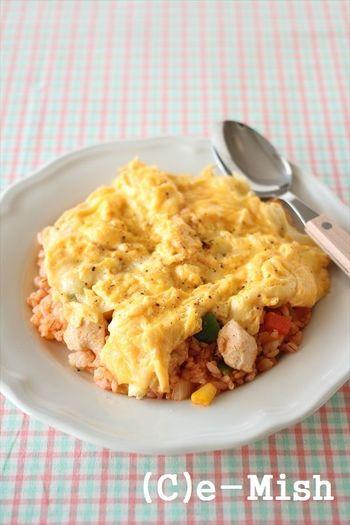 ココナッツオイルと麦ごはんを使った、体に優しいオムライス。卵にチーズを加えると、よりとろっとしてコクがアップするのだそう◎