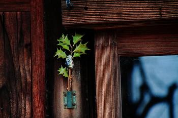 【柊挿す】宮中で節分の夜、縁起の良い「なよし(ボラ)」の頭と柊を門に挿すならわしがあったものが、江戸時代以降広まったもの。今ではボラの代わりに鰯の頭をさして門に立てるようになりました。