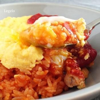 シンプルなケチャップライスの上に、ヨーグルトを加えたふんわり卵をトッピング。スプーンを入れたらビックリ!卵とチキンライスの間には、とろりとした温泉卵が隠されています。ささやかなサプライズレシピです。