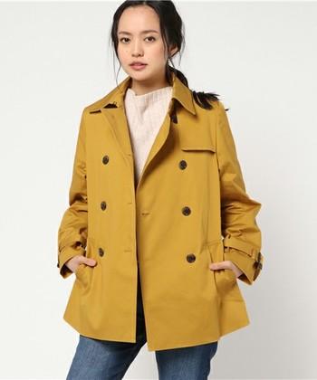 落ち着いたからし色ならコートで取り入れてみるのもいいですね。定番の形なら普段のコーデに取り入れやすいです。秋に活躍してくれるトレンチコートはオススメです。
