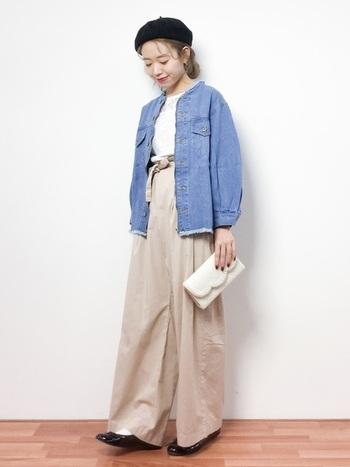 ノーカラーのデニムジャケット×ワイドパンツの大人カジュアルコーデ。裾フリンジデザインでさり気なくトレンドを取り入れることで、今っぽい着こなしになりますよ。