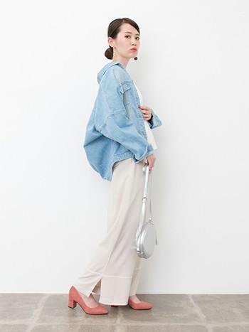 薄色デニムは、ボリュームシルエットも重たく見えにくいですよ。襟を抜いて着ると、こなれ感がアップします。洋服のボリュームがある分、ヘアスタイルをコンパクトにまとめるとスッキリ見えますよ◎