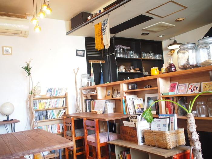 おしゃれなアートが飾られた、隠れ家のようなカフェ&ギャラリー。ほぼオーナーの女性二人で作り上げたという可愛らしい空間で、無国籍料理をいただくことができます。