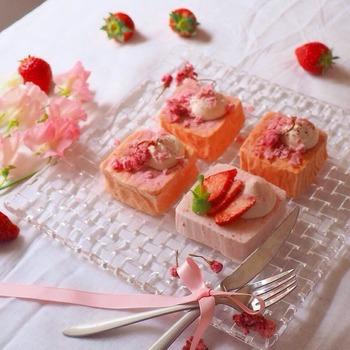 【フライパンで簡単?桜のケーキ】 桜香る、春の時期にぴったりの可愛いピンク色のケーキですよ。ちょこんと小さなケーキが並ぶ盛り付けも可愛らしくて、食べる前からワクワクしますね。