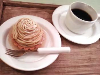 和栗のモンブランタルト でカフェタイム♪ ごろ〜んと栗が丸ごと入っており、食べ応えのあるタルトに大満足。人気のタルトはお昼には売り切れになることも…。 ※移転前の写真です。