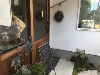 カフェが併設されているため、昼間も女性客で賑わうリトルワンズ。