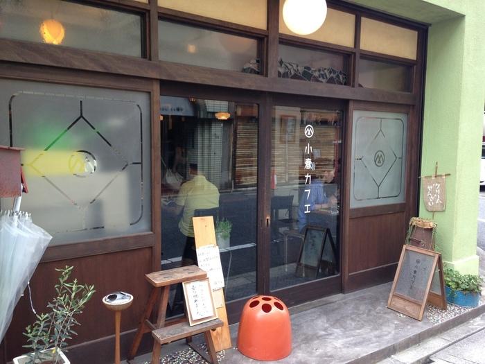 広島平和記念公園から約15分ほど西に向かって電車が走る寺町通りを一本入った榎町恵比寿通りの路地にあります。歩いているとこのレトロな店構えが目に入ると思います。まるで昭和時代の駄菓子屋さんのようですね。