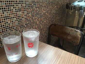 こんなグラスもありました、確かに昭和です。店内も外観と同じく昭和レトロでほっこりと落ち着くんです。ご夫婦で経営されており、旦那さんも奥さんもとても気さくで感じの良い方で、特に接客を担当する旦那さんの人柄に惹かれます。