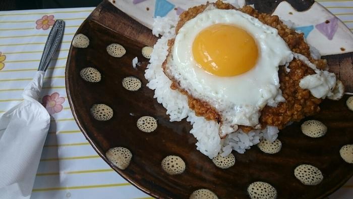 大人気メニューの「キーマカレー」には、結構なボリュームで半熟卵でまろやかな味に。