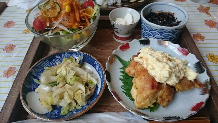 奥さんが作る「小春定食」はイロイロメニューでどれから箸をつけようかと迷うくらいの品数です。これにお味噌汁とご飯がつきます。
