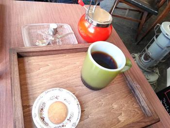 アンカーホッキングのファイヤーキングカップが懐かしい!コーヒーもレトロな雰囲気の中じっくり味わえます。