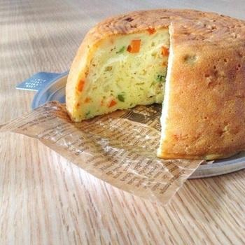 「パウンドケーキの型がないから作れない…」と思っている方に朗報! すべての材料をパウンドケーキ型ではなく、炊飯器で炊くだけでホール型ケークサレの出来上がり♪