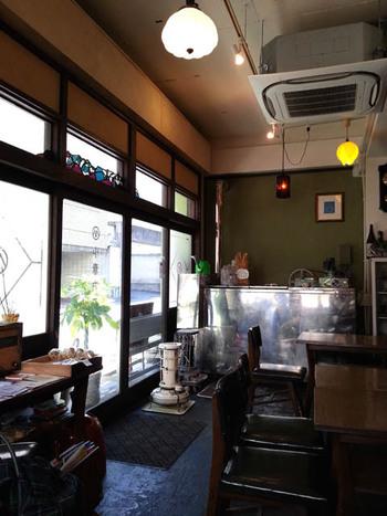 入口の扉を開けた途端、昭和の時代にタイムスリップ。店内の装飾やテーブル、椅子、そしてストーブに至るまで、どこか懐かしさを感じさせる落ち着いた空間です。流れてるBGMもとても柔らかく、優しい音が店内に響きます。