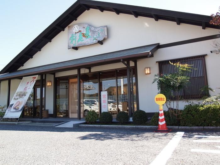 岐阜県加茂郡にある養老軒は、昭和20年に創業の現在2代目の店主と、女将の新しい感覚を生かした、和でも洋でもない新しいオリジナル大福を作り出しておられます。 特に有名なのが、11月~5月の間限定で販売されるふるーつ大福が有名です。