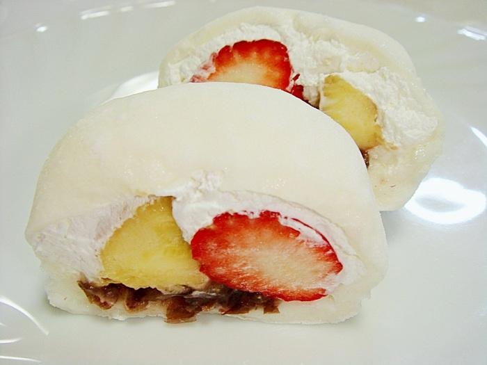 こちらは養老軒の一番人気の「ふるーつ大福」。 自家製餡にフルーツと生クリームがたくさん入った、まるでクリームあんみつみたいな大福ですね!