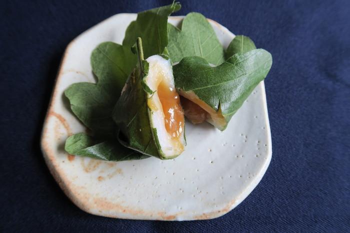 【豆大福で有名な「出町ふたば」の季節の生菓子「味噌白餡の柏餅」】