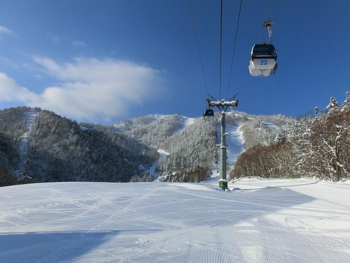 大雪山連峰を眺めながら、4km超のロングコースを滑走できる「富良野スキー場」。「新富良野プリンスホテル」での快適なホテルステイも同時に楽しめる贅沢なスキーリゾートです。5月7日(日)まで営業予定。