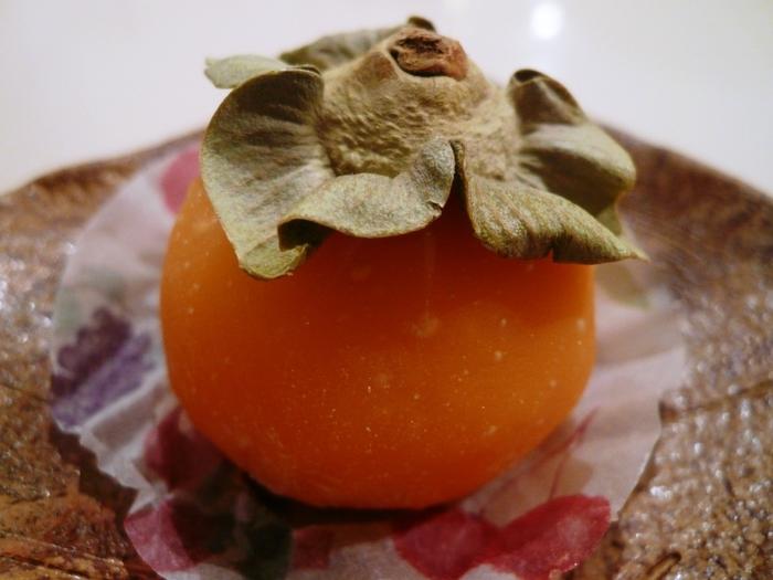 こちらは柿の入った柿餅という名前のフルーツ大福です。 こうやって見ると本物の柿みたい! 上についているヘタは勿論本物です。