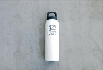 すっきりシンプルなサーモボトルは、ファッションブランドSTUSSYがスタートさせた、新しい価値観をコンセプトにしたライフスタイルレーベル「STUSSY Livin GENERAL STORE(ステューシー リヴィン ジェネラルストア)」のもの。