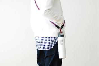 さりげないテキストデザインやボトルの形状がとってもオシャレ! 画像のように斜め掛けにしてピクニックに出かけたいですね。