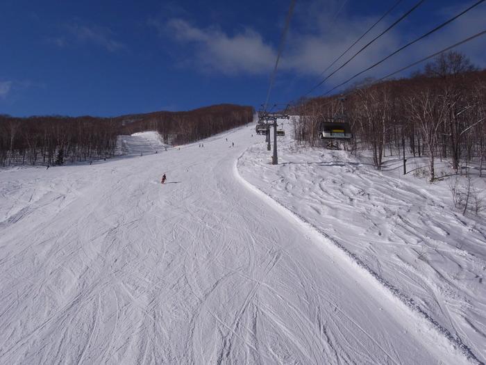 春スキーでも、山頂からのコースなどロングクルージングが楽しめる「安比高原スキー場」。徹底したゲレンデメンテナンスで快適な滑りが楽しめます。いわて花巻空港からバス(APPIエアポートライナー)で約1時間20分。5月7日(日)まで営業予定。