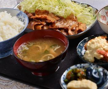 鶴岡市にある昔ながらの大衆食堂「追分食堂」は、居心地のいいぬくもりのあるお店。中華そばをはじめとする種類豊富な麺や、焼肉中華、定食ものなどさまざまなメニューがあります。スキーのお帰りに、ぜひ。