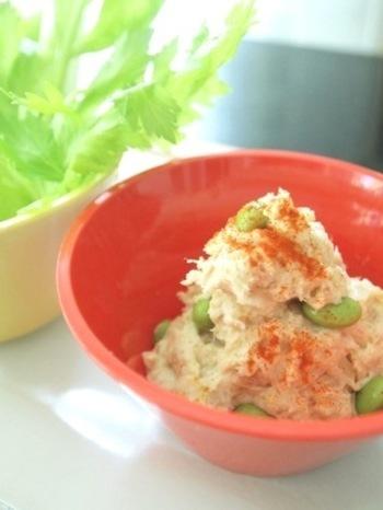 ジャガイモが使われた、かなりもったりした食感です。 カレーパウダーで味をととのえて、野菜やクラッカーと一緒にどうぞ。