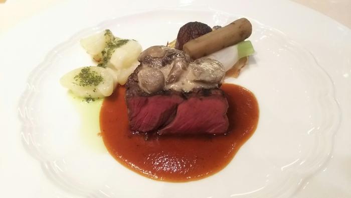 宿泊拠点となる「裏磐梯グランデコ東急ホテル」にあるフレンチレストラン、「ダイニングルーム クレール」。ホテルレストランの上質なお料理がいただけます。ランチにもおすすめですし、アフタースキーのディナーを優雅に味わうのもいいですね。