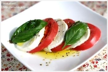 カプレーゼとは、イタリア・カンパニア地方で定番の前菜料理のこと。スライスした「トマト」と「モッツアレアチーズ」に「バジル」を加えるだけなので、軽い前菜として覚えておくと便利です。