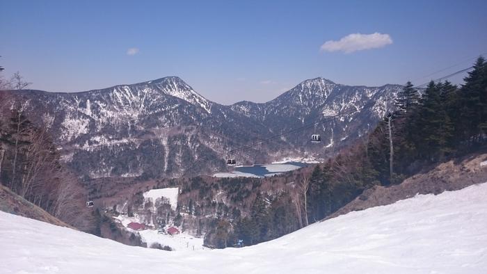 群馬県の「丸沼高原スキー場」は、日光白根山ロープウェイで一気に標高2000mへ。山頂から4kmのロング滑走は、爽快で迫力満点。このスキー場は雪質の良さで評価が高いのも魅力です。5月7日(日)まで営業予定。