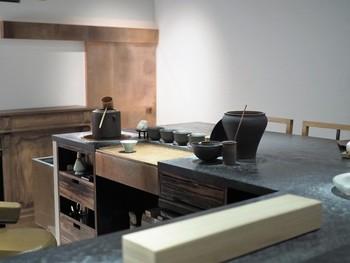 東京の青山、スパイラルビル5階にある日本茶の専門店「櫻井焙茶研究所」。カウンター8席という小さな空間で、日本茶を味わいます。