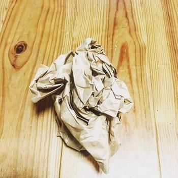 chikoさん流なのは、このカットしたクラフト紙をくしゃくしゃに丸めること!さらに、一旦広げた物を再びくしゃくしゃにします。こうすることでクラフト紙に細かいシワが付き、柔らかい質感になるそうですよ。