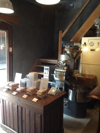 店頭には珈琲豆やお土産にできるドリップコーヒー、カッティングボードなど。ずらりと並びます。カフェは奥のテーブル席と2階でもいただくことができます。