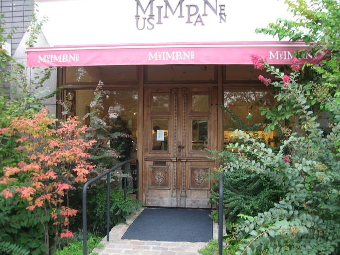 お店の名前「musimpanen(ムッシムパネン)」はインドネシア語で「収穫期」という意味。広島駅方面から稲荷橋を街中に向かって渡り、川沿いの道を南に折れた京橋川沿いのオープンカフェ。電車通り沿いのコンビニが目印です。まるでお菓子箱のような外観は、お子様や若い女性に人気です♪