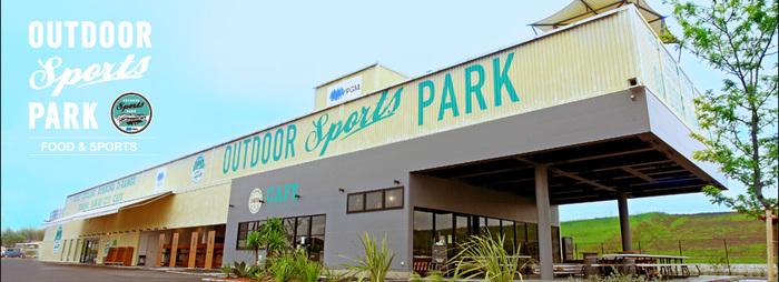 """埼玉県吉川市にある「OUTDOOR SPORTS PARK(アウトドア・スポーツ・パーク)」は、ゴルフもバーベキューも楽しめるちょっと贅沢な""""本物の遊び場""""。宿泊施設はありませんが、広大な敷地内で体を動かすスポーツもできるので、お子さんのいる家族連れにはぴったりです。"""