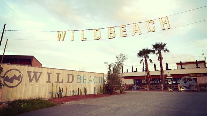 千葉県木更津市に、2016年7月にオープンした「WILD BEACH SEASIDE GLAMPING PARK(ワイルドビーチ シーサイドグランピングパーク)」。「三井アウトレットパーク木更津」に隣接し都心からのアクセスも抜群、気軽にビーチサイドでバーベキュー気分が楽しめます。