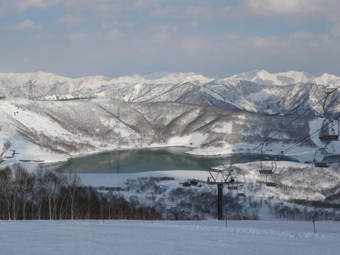 湯沢に近い「かぐらスキー場」は、標高1845m、最長滑走距離7km。雪質の良さ、コースの広さなど好条件がそろった評価の高いスキー場。しかも、都心からもアクセス便利。田代エリアは5月7日(日)まで、みつまたエリアは5月28日(日)まで営業予定。