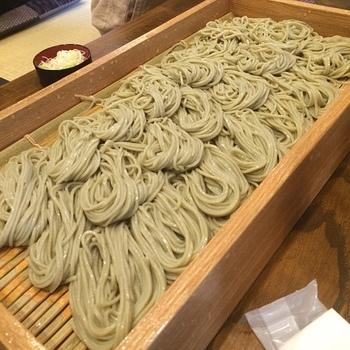 「中野屋」は、つなぎにふのりという海藻を使った、つるつる食感の「へぎそば」の専門店。へぎそばは、新潟県魚沼地方が発祥の名物そばです。県内産のそば粉を石臼で挽いた、風味豊かなそばを目当てに多くの人が訪れます。
