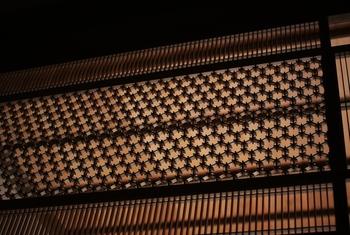 「菱組子と千本格子」・・・胡麻の文様にも見える六角の菱組子と千本格子の組み合わせ。陸前高田で見る素晴らしい欄間です。