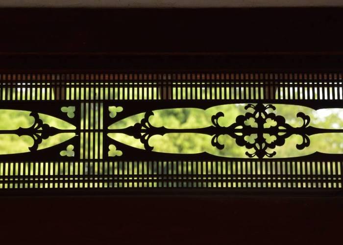 京都・仁和寺の明かり取り欄間・・・千本格子で組み込んだデザインがシンプルで美しい透かし彫りです。