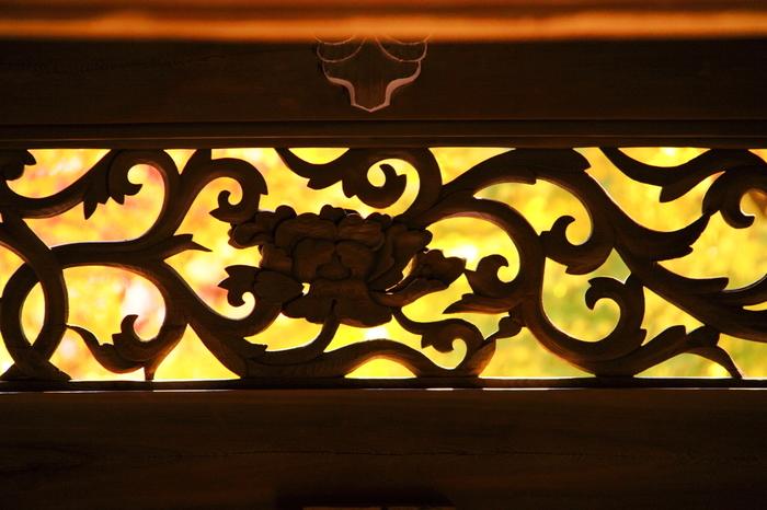 唐草模様の、エキゾチックなモチーフの彫刻欄間・・・和洋どちらにも合いそうなモダンな明かり取り欄間です。