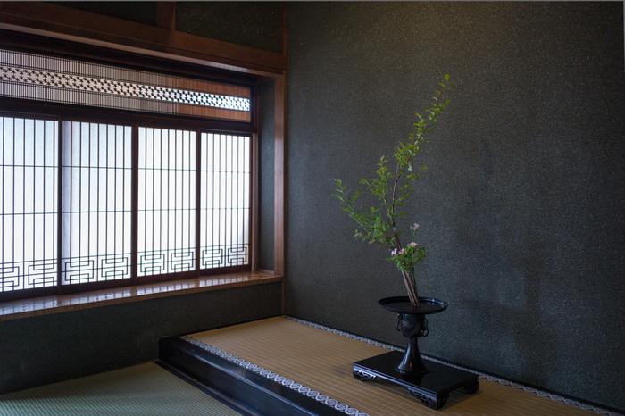 「二重香図」・・・縦と横に繋がっている独特の模様。中国をイメージさせるようなデザインです。これは香図(こうのず)と呼ばれ、茶道や華道と同じように芸道として広まった「香道」で用いられる図柄のことです。二重香図というパターンは、菱形や麻の葉の文様とはまた違ったモダンでエキゾチックなデザインパターンが印象的です。