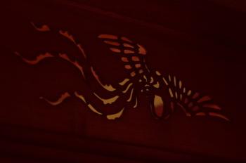 鳳凰が舞う透かし模様・・・奥に続く間を、背景に透かして見ることができます。背景の色合いが彫刻の味を引き立てていますね。