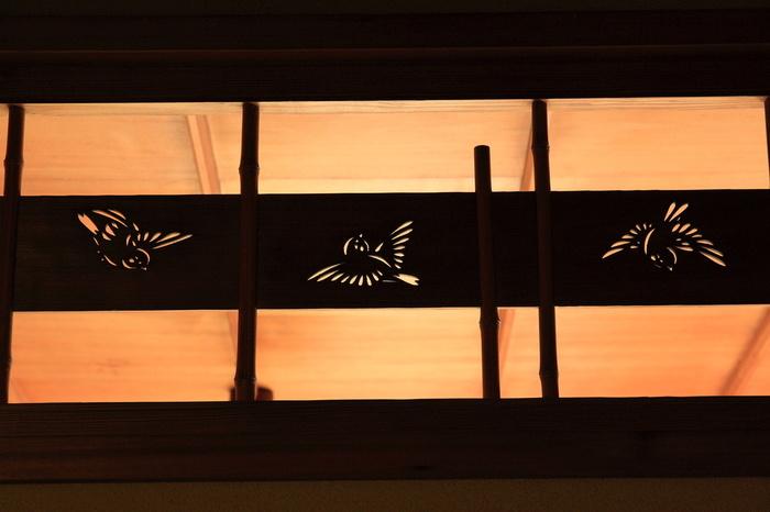 大空に羽ばたく雀の透し彫り・・・こちらも戸定邸の屋敷内の欄間に彫られた雀たち。縦に細い竹を組んでいます。可愛らしいモチーフですね。