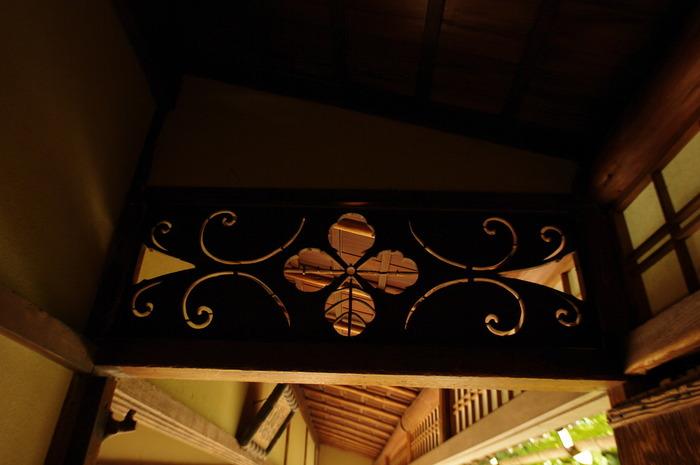 京都洛北、詩仙堂の透かし彫り・・・中央に細い竹を水平に組み込んだ透かし欄間です。