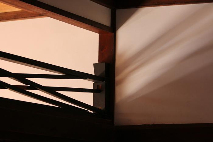 「二重菱の菱組子」竹の節欄間・・・小柱が竹の節のかたちです。二重に菱が組み込まれたようなシンプルで美しいスタイルは寺院に多く見られます。