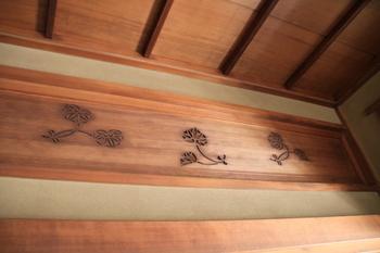 戸定邸に見る二つ葉葵の透し彫り・・・武家屋敷や旧家には、このような伝統的モチーフが描かれた板欄間が今も残っています。