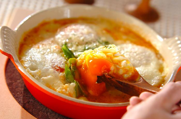 卵をとろとろに仕上げるには、火加減と温度がポイント。卵の白味と黄味の成分は違うので、固まる温度に違いがあります。卵の白味は58℃、黄身は65~70℃前後で固まり始めます。とろとろの半熟卵を作りたい場合、使っているお鍋や火力によって茹で時間などが変わります。ここでは、基本的な半熟卵の作り方と、レンジで作る簡単レシピも紹介しますので参考にしてくださいね。